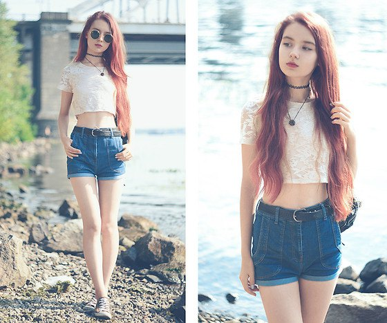 Short t-shirt with light pink lace and blue jeans shorts with a high waist