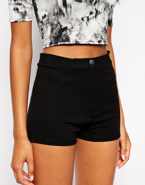 Short t-shirt with black and white print and mini stretch shorts