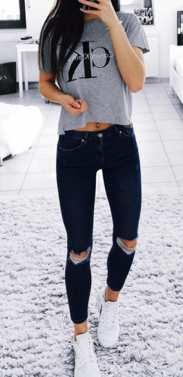 gray short graphic t-shirt with black skinny jeans