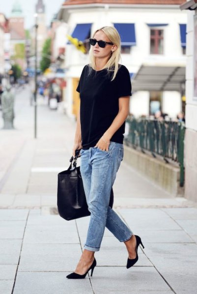 black oversized t-shirt with light blue boyfriend jeans with cuffs