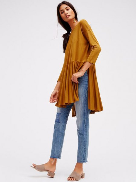 green, long-sleeved, elegant top with side slit and ankle jeans