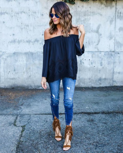black strapless blouse with skinny jeans