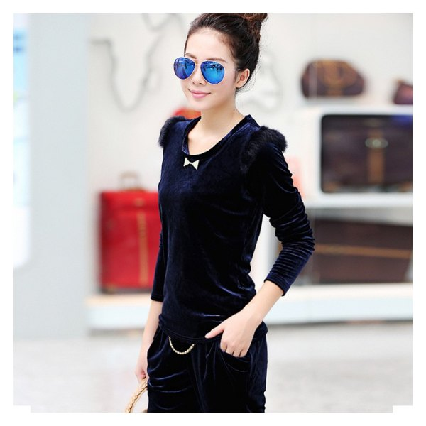 Long-sleeved slim-fit t-shirt in dark blue velvet with black jeans