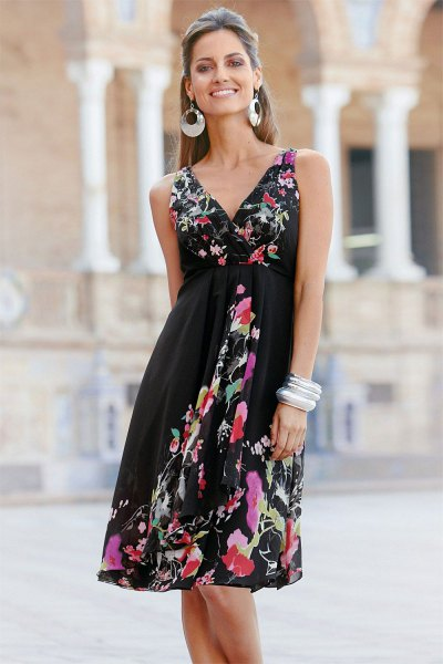 Wrap dress with black fit and flared midi flower print and V-neck