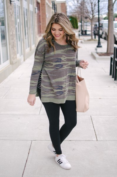 Crew neck camouflage sweatshirt, black leggings and winter sneakers
