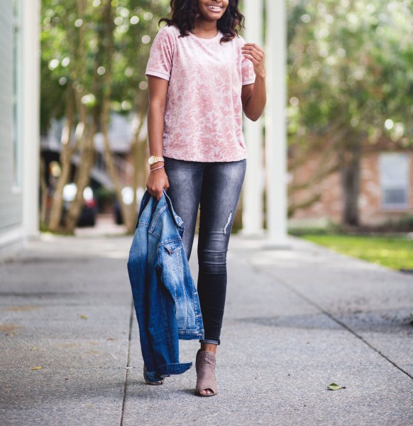white and blush patterned velvet top with skinny jeans with cuffs