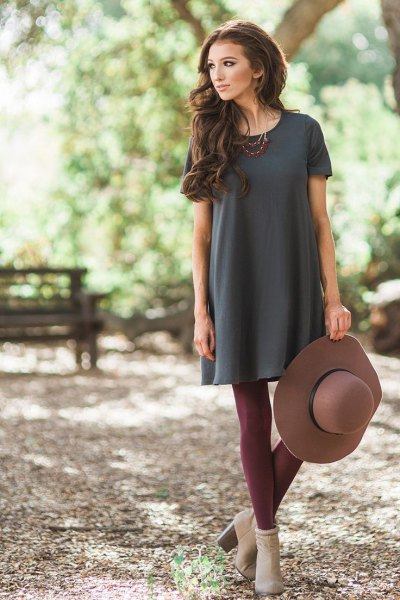 gray tunic t-shirt with burgundy leggings and pink heels