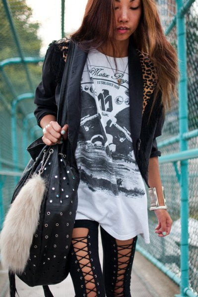 black t-shirt with tunic print, casual blazer and lace gaiters