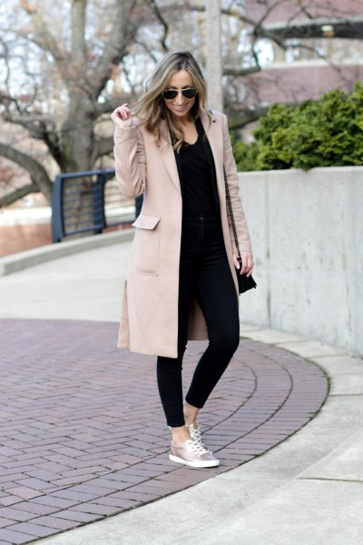 Light gray longline blazer with black skinny jeans and silver sneakers
