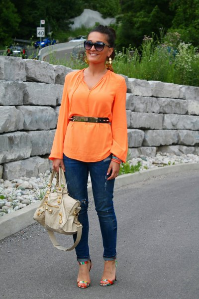 Long sleeve blouse with belt and dark blue slim fit jeans