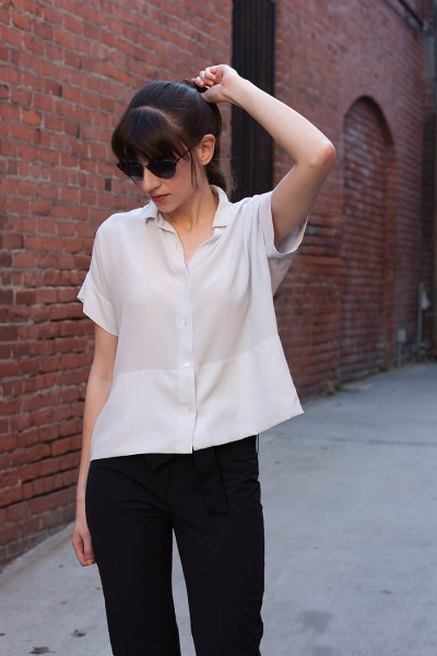 Short-sleeved silk blouse with buttons and black slim fit jeans
