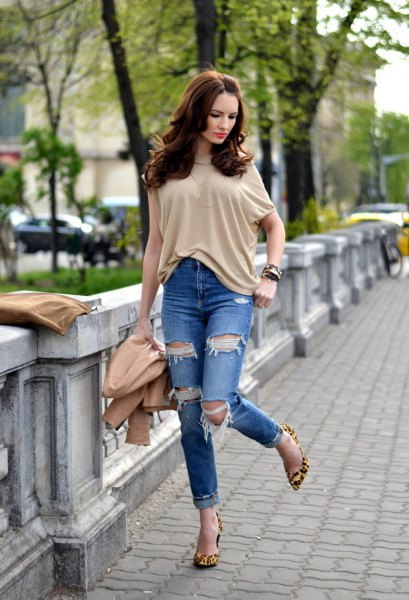 cream-colored short-sleeved blouse with torn jeans with cuffs
