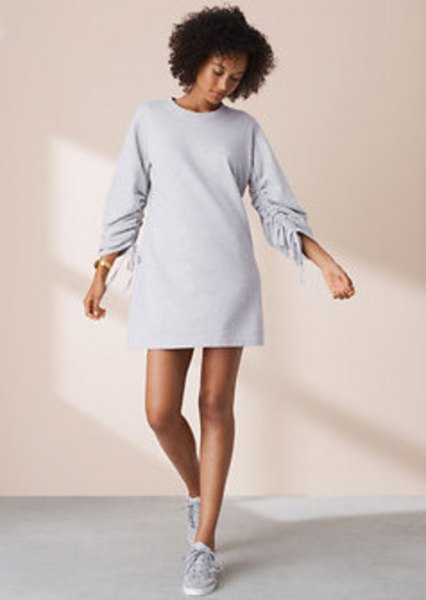 Long-sleeved mini sweatshirt dress with a round neck and low trainers