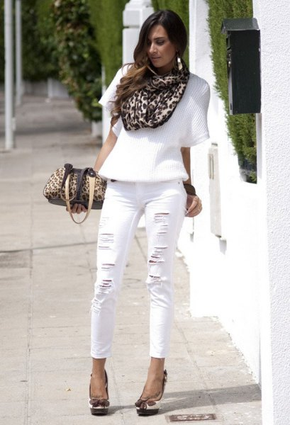 Half-sleeved sweater, leopard-print scarf and short-cut white jeans