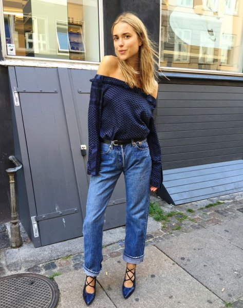 Shoulder blue dark blue blouse with jeans with cuffs and strappy heels
