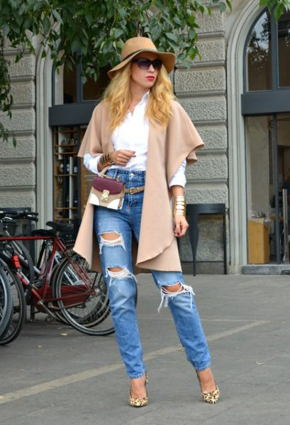 Light pink wool jacket with wide sleeves and torn boyfriend jeans