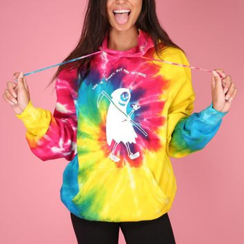 tie-colored graphic hoodie with black skinny jeans