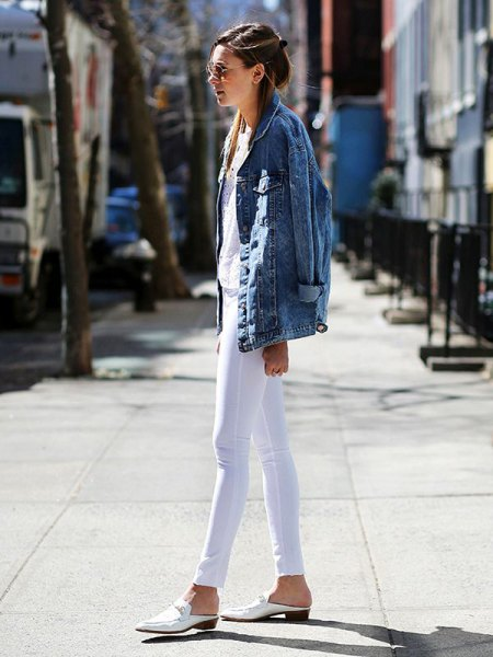 blue oversized denim jacket with white skinny jeans