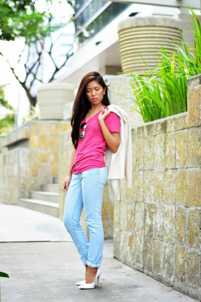 pink t-shirt with light blue slim fit cuffed jeans and white heels
