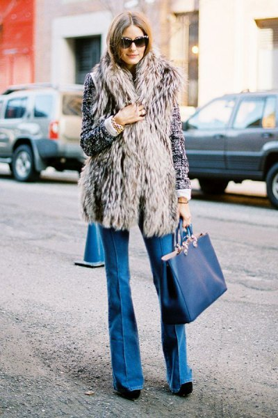 gray long-waistcoat with blue puffed jeans and navy bag