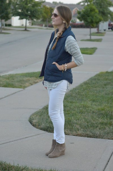 gray and white striped boyfriend shirt with skinny jeans and suede shoes