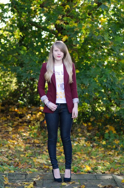 burgundy blazer with white tee with skinny jeans