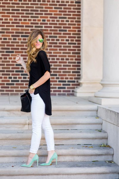 black short sleeve casual fitting long blouse with white jeans and pink heels