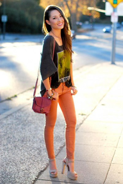 gray tee with wide sleeve print with orange skinny jeans