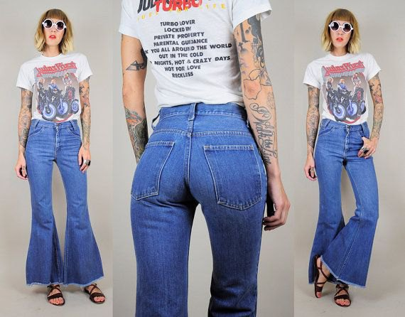 white print tee with blue jeans with high waist