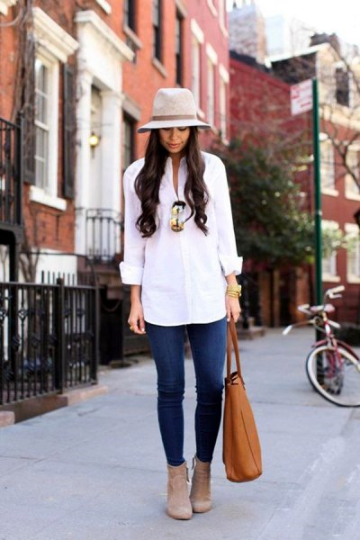 white button up shirt with blue jeans and gray felt hat