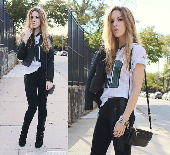 white print tee with black skinny jeans and leather shoulder bag
