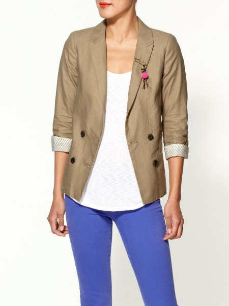 rolled sleeve khaki blazer with white scoop neck top and bright blue jeans