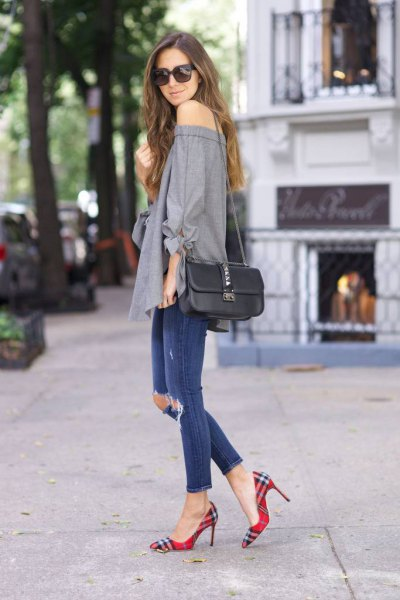 gray of the shoulder blouse with blue ripped ankles and checkered shoes