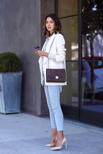 white blazer with light blue cropped skinny jeans and pink heels