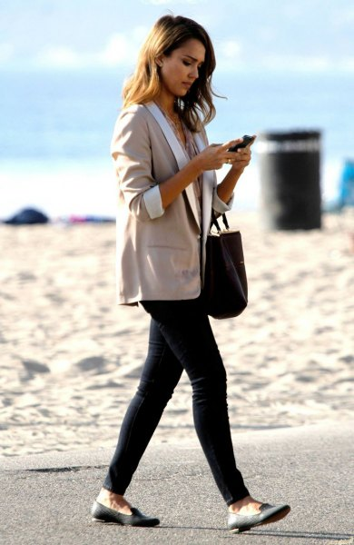gray oversized three-quarter sleeve blazer with black skinny jeans