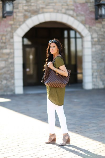 green tunic top with white skinny jeans and light pink heel sandals
