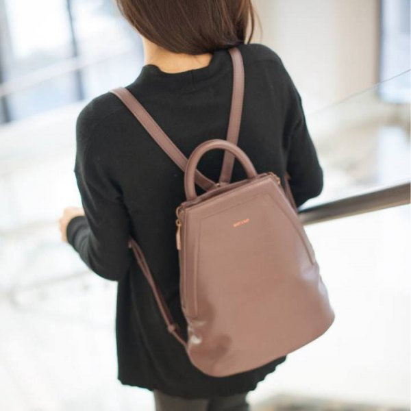 black sweater with gray skinny jeans and pink leather bag