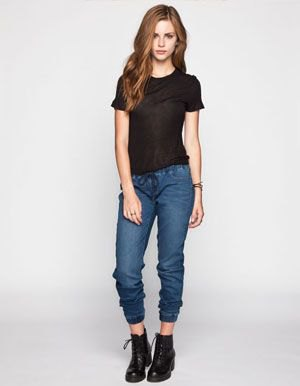 black tee with cropped dark blue jogger denim pants