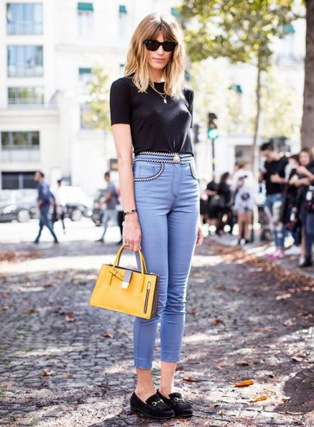 black t-shirt with light blue soft jeans with high waist