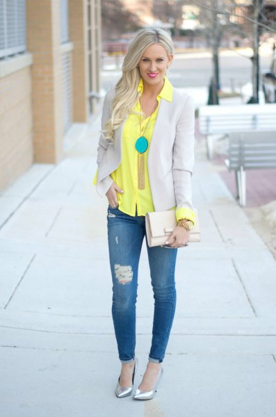 yellow button up shirt with light gray blazer and skinny jeans
