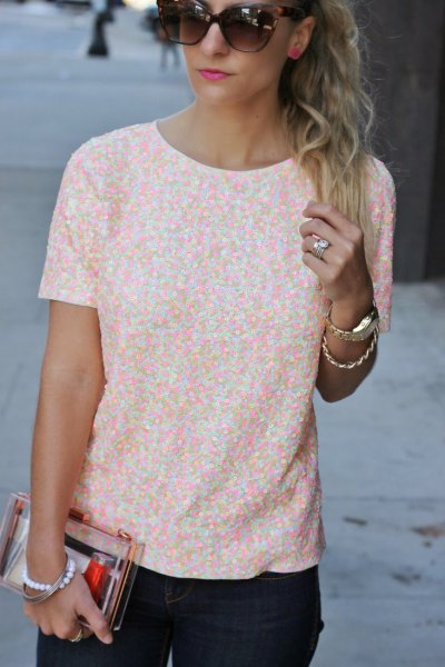 white and peach patterned short-sleeved blouse with black skinny jeans
