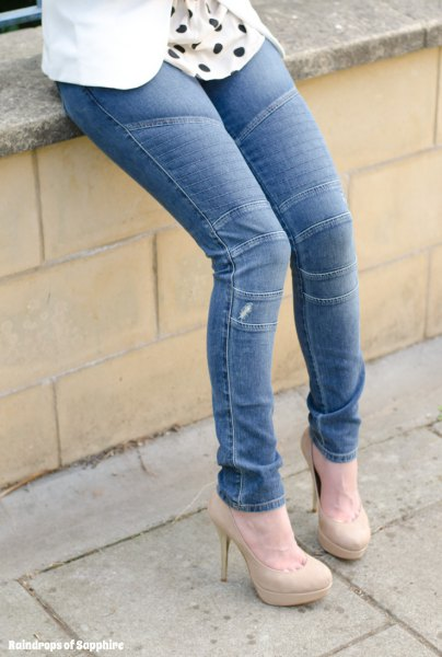 blue moto-jeans with white and black polka dot blouse and pink heels