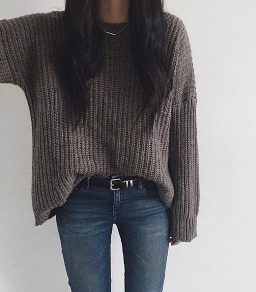 gray chunky knit sweater with dark blue skinny jeans and belt