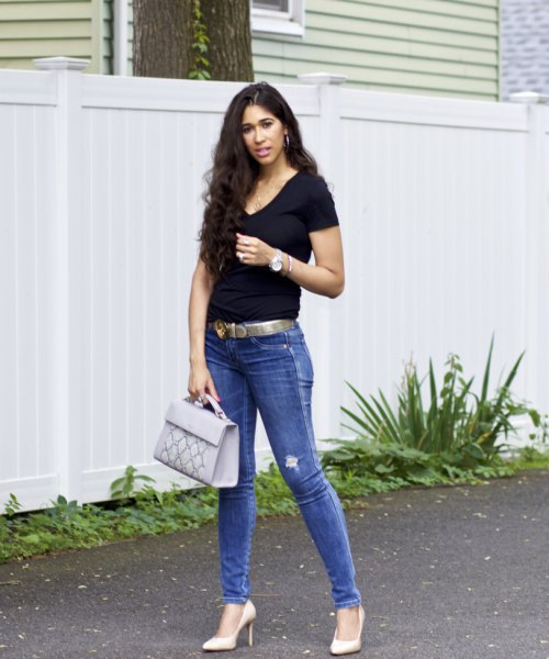 black v-neck shirt with skinny jeans and belt