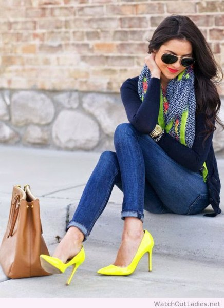 black shape that fits long-sleeved tee with skinny jeans and yellow high heels