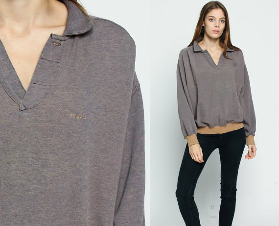 gray collar-v-shirt with black skinny jeans