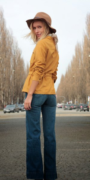 mustard yellow belt suede shirt with blue puffed jeans