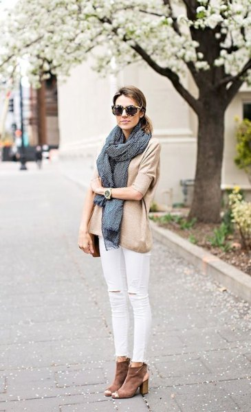 rouge pink blouse with white jeans and gray ankle boots with open toe