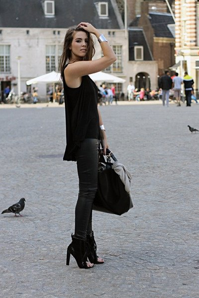 ankle boots with black casual fit on vest and leather leggings