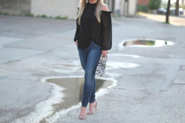 black blouse with blue jeans and pink heels with open toe